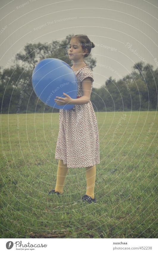 der blaue ballon ... Kind Mädchen Kleid Arme Beine Hand Außenaufnahme Spielen Wiese Gras Luftballon retro