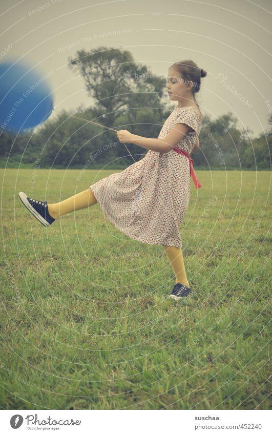 der blaue ballon .. Kind Mädchen Kleid Arme Beine Fuß Hand Außenaufnahme Spielen Wiese Gras Luftballon retro junges Mädchen Kindheit Verspieltheit Familienfeier