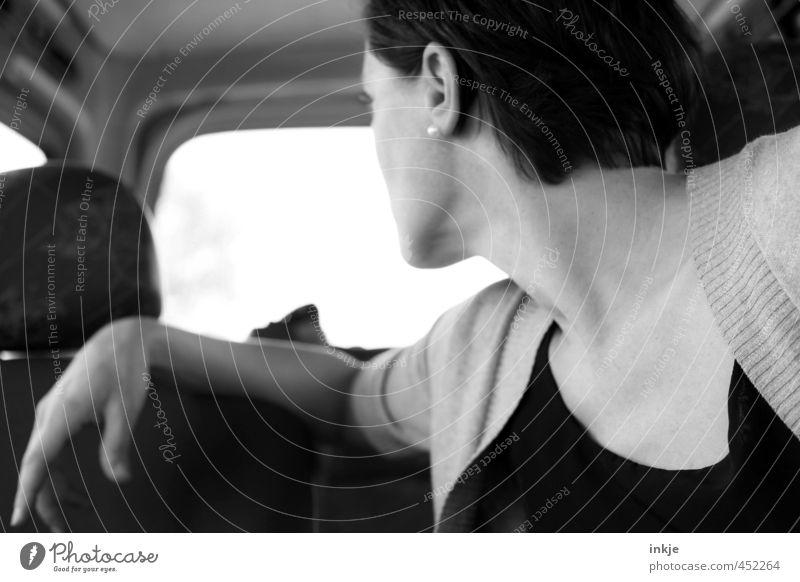 rückwärts Frau Erwachsene Leben Oberkörper 1 Mensch 30-45 Jahre Verkehr Verkehrsmittel Autofahren Fahrzeug PKW im auto Fahrer Blick Verantwortung achtsam
