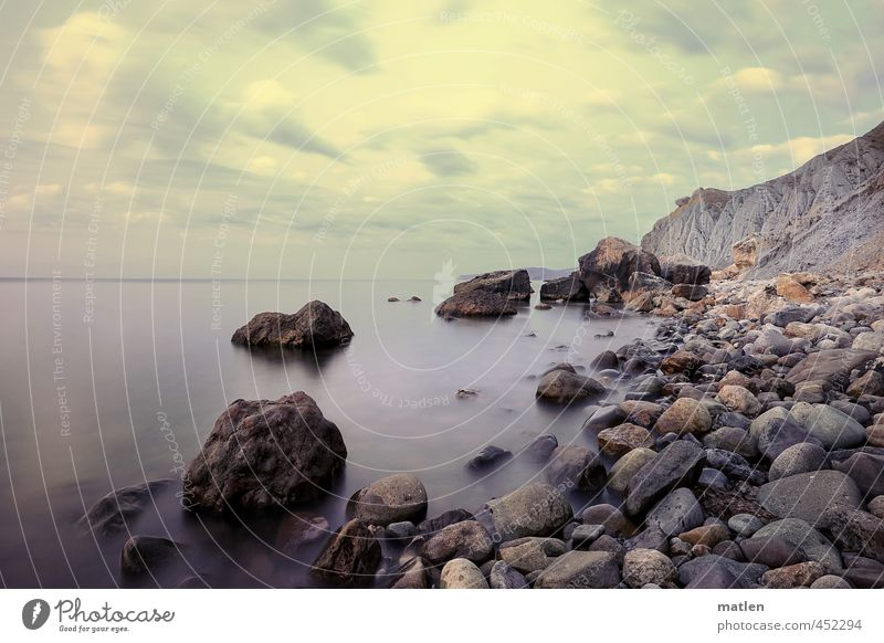 Wer warf den ersten Stein...? Himmel blau Sommer Meer Landschaft Wolken Strand Küste grau Felsen Horizont braun Wetter Schönes Wetter Windstille steinig