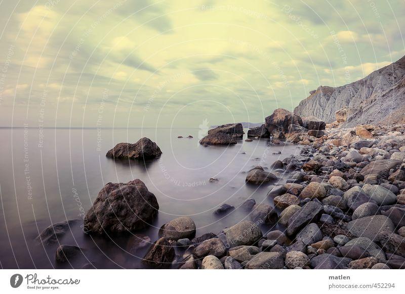 Wer warf den ersten Stein...? Landschaft Himmel Wolken Horizont Sommer Wetter Schönes Wetter Felsen Küste Strand Meer blau braun grau Windstille steinig