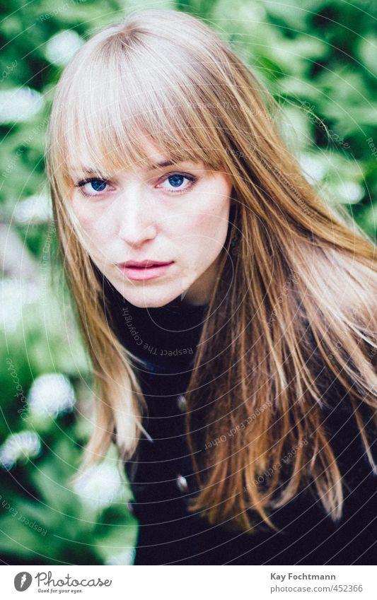 ° elegant schön feminin Junge Frau Jugendliche Leben Auge 1 Mensch 18-30 Jahre Erwachsene Sträucher Wald Mantel blond langhaarig Pony beobachten Denken