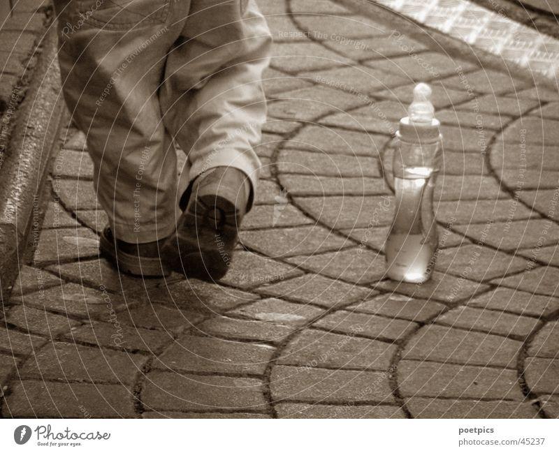 ... immer mit dabei Kind Kleinkind Schuhe Saft Alkohol Flasche Sepia Fuß Detailaufnahme