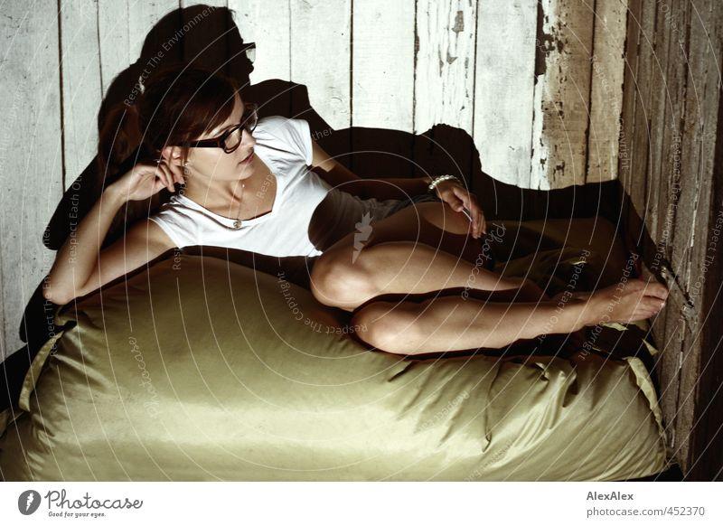 Rumliegen deluxe Jugendliche schön Erholung Junge Frau Erwachsene 18-30 Jahre Erotik Holz Beine Fuß Arme ästhetisch retro einzigartig Lebensfreude
