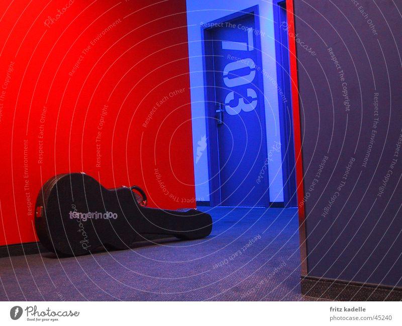 at the generator -room service blau rot Hotel Gitarre Koffer