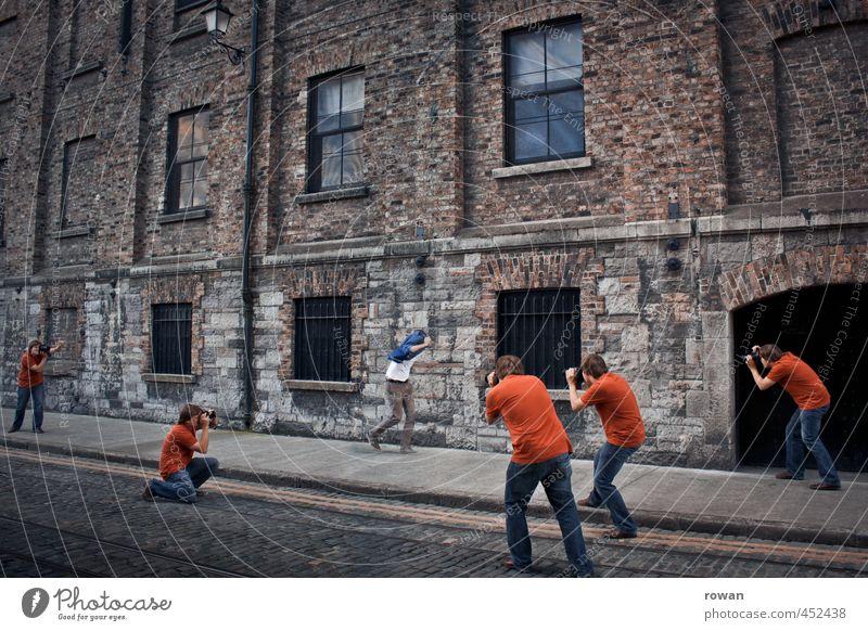 paparazzi Mensch Mann Stadt Erwachsene Menschengruppe maskulin Fassade laufen rennen Jagd skurril Irritation Surrealismus Starruhm Aggression Konkurrenz