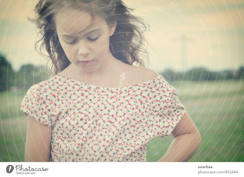 hexle feminin Kind Mädchen Kindheit Körper Haut Kopf Haare & Frisuren Gesicht Auge Nase Mund Arme 1 Mensch 8-13 Jahre Umwelt Natur Himmel Sommer Feld frei wild