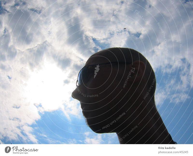 Warten Mann Himmel Wolken Glatze Sonnenbrille
