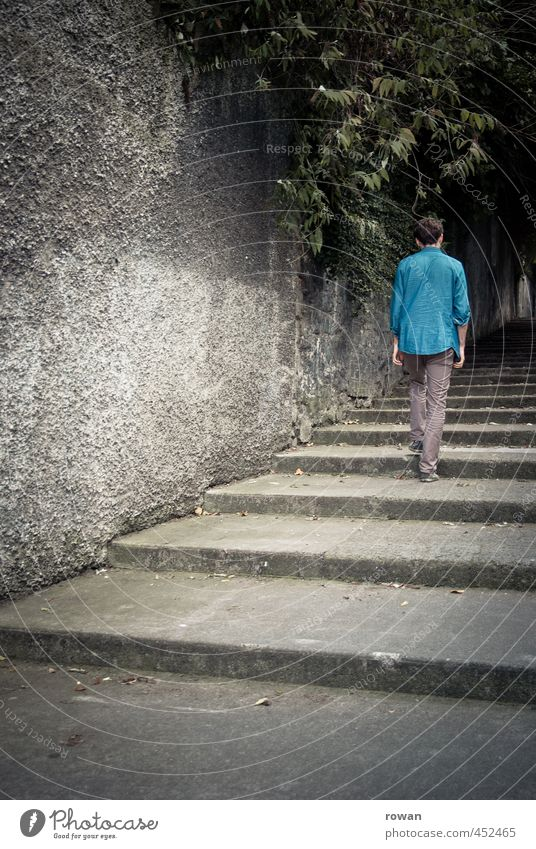 treppauf Mensch maskulin Junger Mann Jugendliche Erwachsene 1 Mauer Wand Treppe dunkel kalt kaputt trist Stadt blau Spaziergang gehen Fußweg Bürgersteig Baum