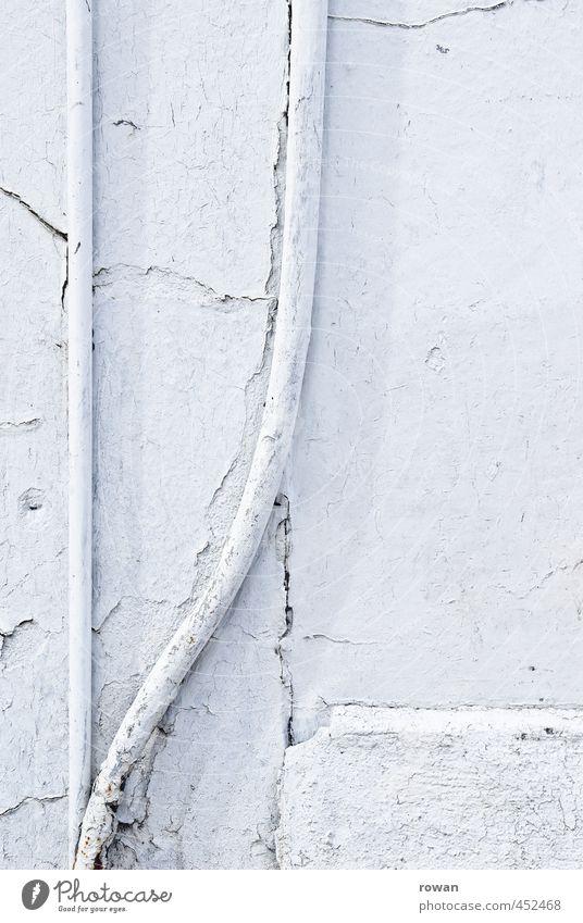auseinander Haus Bauwerk Gebäude Architektur Mauer Wand Fassade weiß Leitung Röhren Elektrizität Kabel Trennung auseinandergehen alt schäbig kaputt 2 Putz