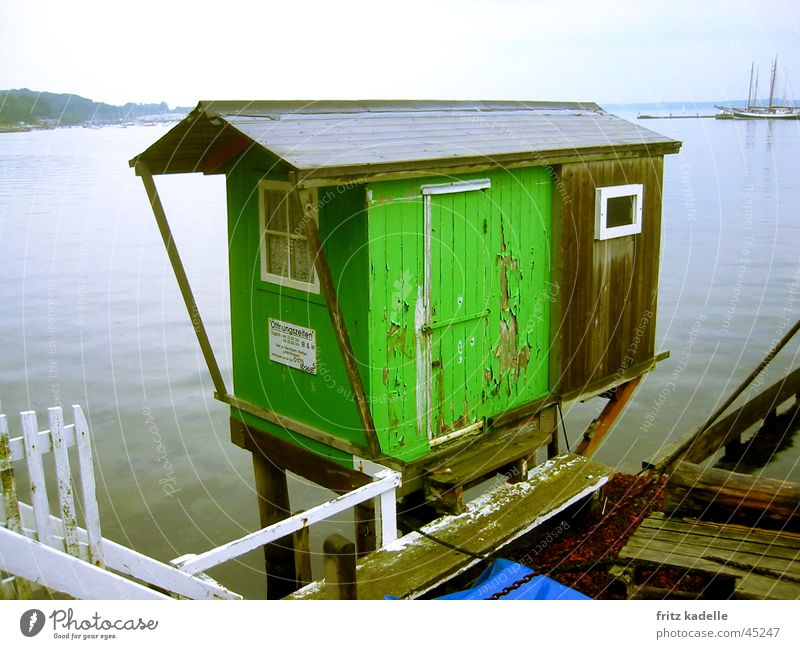 bei Regen geschlossen Wasser alt grün Hafen Hütte Schifffahrt