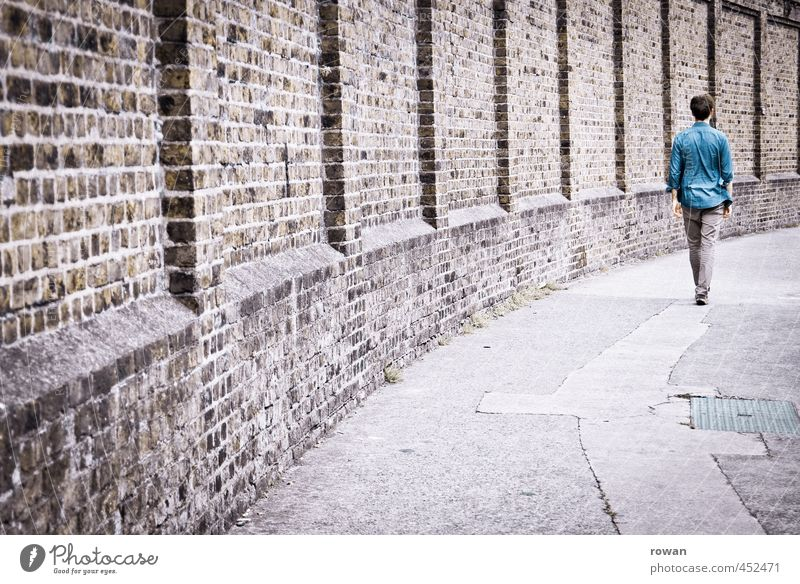 aufrecht Mensch Jugendliche Mann blau Einsamkeit Junger Mann Erwachsene gehen Körper maskulin einzeln Rücken Asphalt Bürgersteig Hemd Backstein