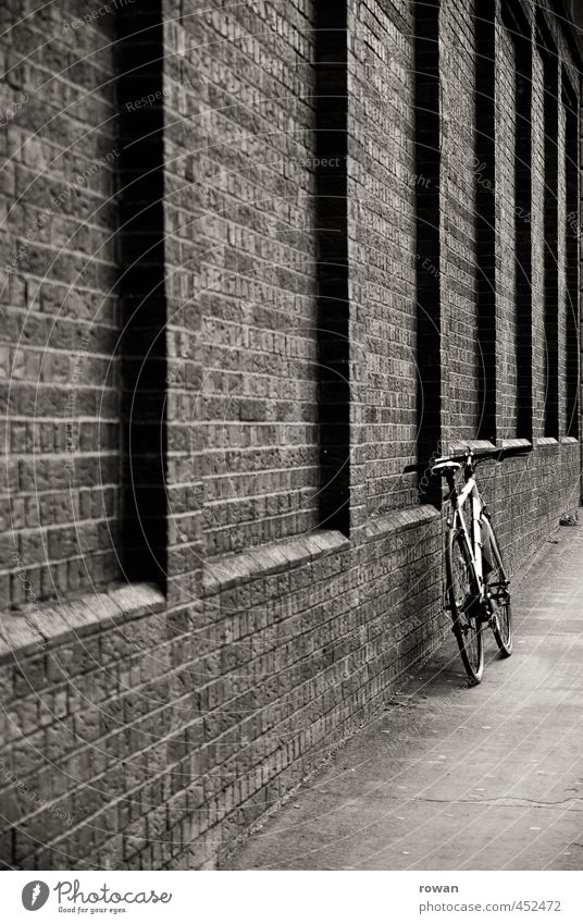 angelehnt Mauer Wand Fassade Verkehr Verkehrsmittel Verkehrswege Personenverkehr Fahrradfahren Straße Wege & Pfade entdecken Backstein Backsteinwand anlehnen