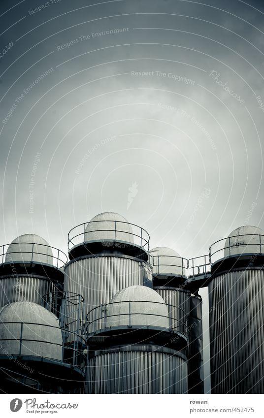 silos blau dunkel kalt Architektur Gebäude Energie bedrohlich Turm Industrie rund Industriefotografie Fabrik Bauwerk gruselig vertikal Industrieanlage