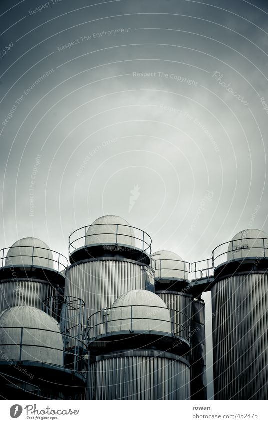 silos Industrieanlage Fabrik Turm Bauwerk Gebäude Architektur bedrohlich dunkel gigantisch gruselig kalt rund blau Energie Industriefotografie Speicher Silo