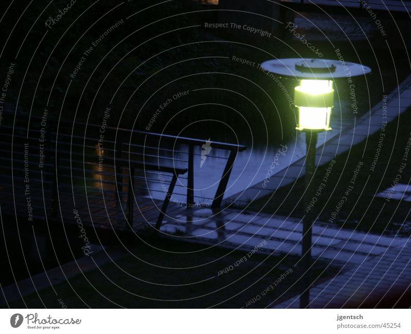 Lampe bei Regen Laterne Nacht dunkel Langzeitbelichtung Wege & Pfade