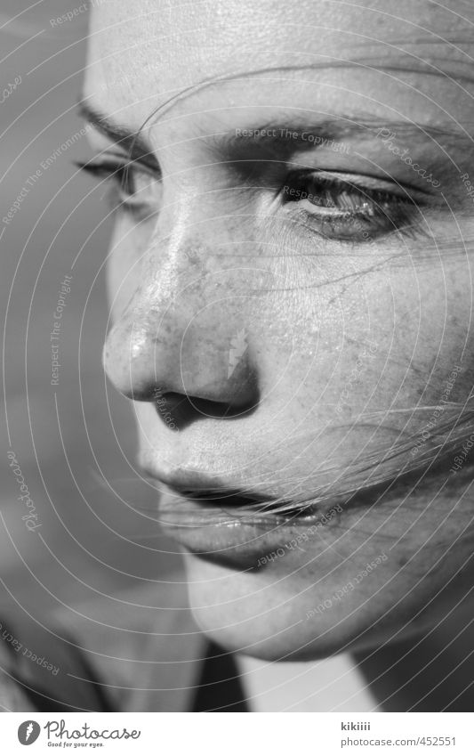 Wind schwarz weiß Mädchen Frau Haare & Frisuren wehen Blick Sommersprossen Denken nachdenklich links Schwache Tiefenschärfe Nahaufnahme Außenaufnahme Sonne