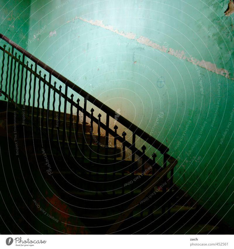 vergangene Zeiten Haus Ruine Gebäude Mauer Wand Treppe Beton Stahl Häusliches Leben alt dreckig dunkel kaputt grün Verfall Vergangenheit Vergänglichkeit