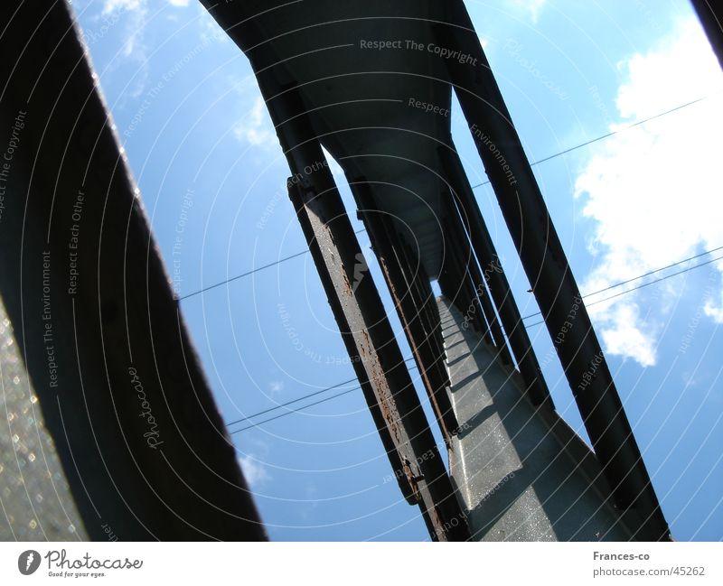 Strom-Mast Himmel Wolken Metall Architektur Kabel Strommast Fluchtpunkt