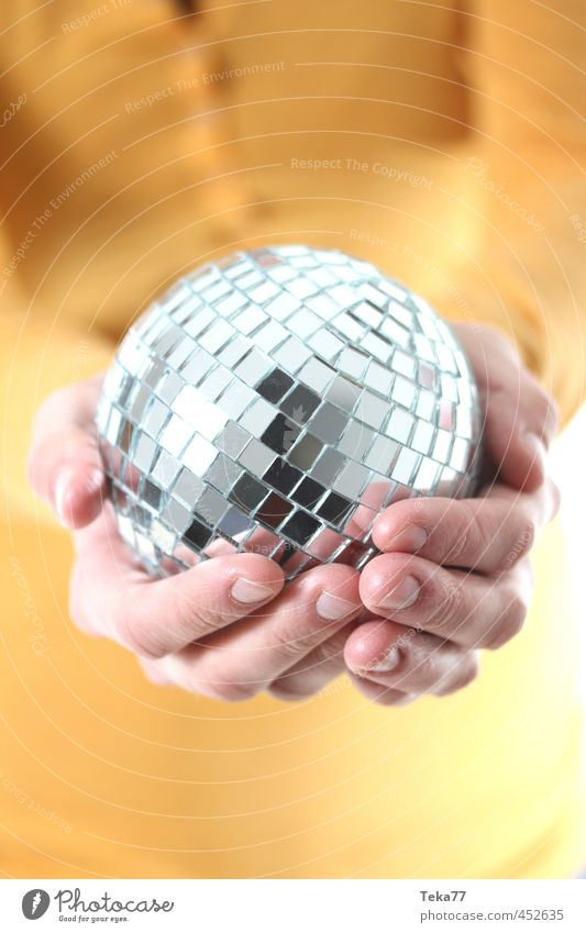 Eine handvoll Party Mensch Frau Jugendliche Hand 18-30 Jahre Erwachsene gelb Feste & Feiern Mode Musik Tanzen Design ästhetisch Finger Show