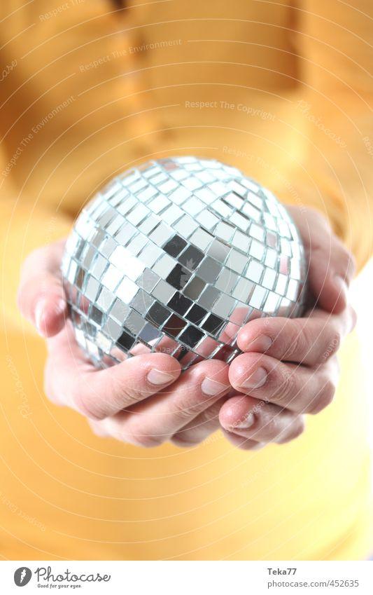 Eine handvoll Party Mensch Frau Jugendliche Hand 18-30 Jahre Erwachsene gelb Feste & Feiern Party Mode Musik Tanzen Design ästhetisch Finger Show