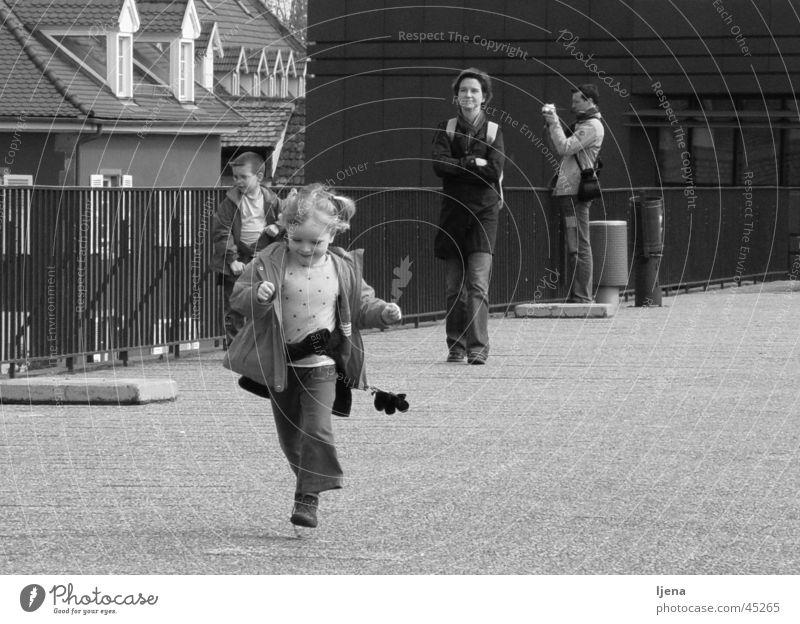 süßes Mädchen Freude Kind Frau laufen Glück