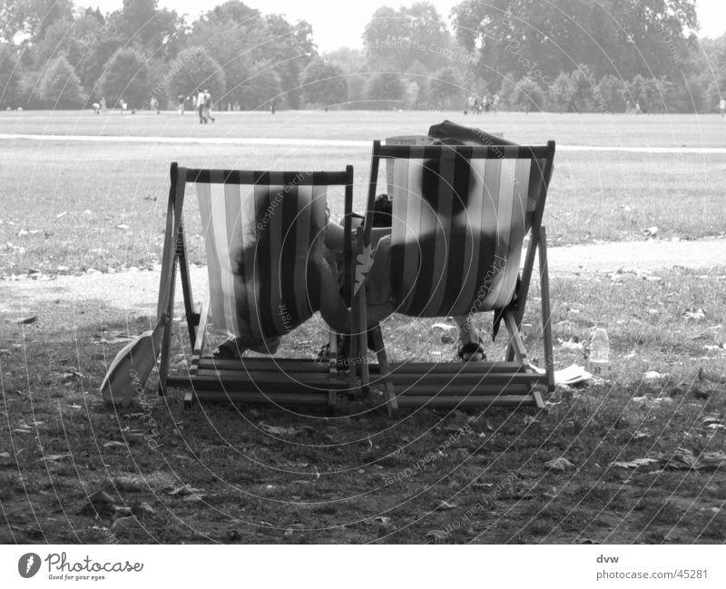 Love in Hyde Park Partnerschaft England Zusammensein Wiese Liegestuhl Ferien & Urlaub & Reisen Tourist Asians Paar Schwarzweißfoto sitzen b/w liegen break