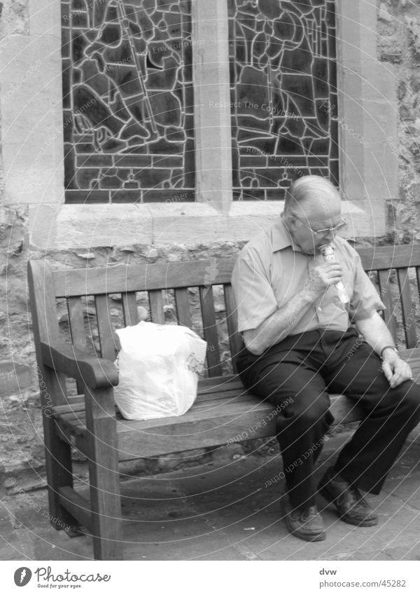 auf der Kirchbank Senior England Stillleben ruhig Erfrischung Mann Männlicher Senior Bank Schwarzweißfoto Rye Eis
