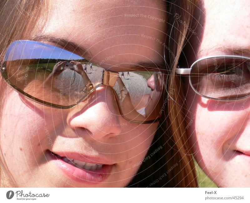 Spiegel Mensch Mädchen schön lachen Spiegel Sonnenbrille