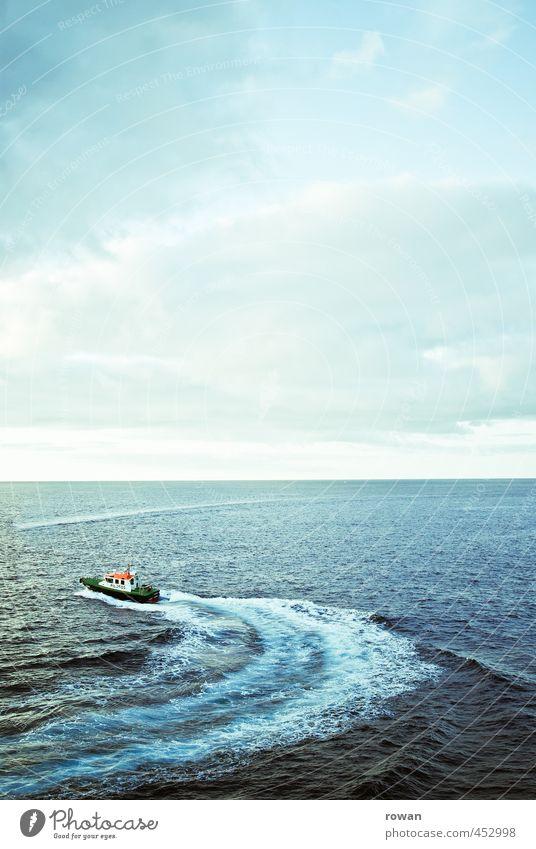 kurve Wellen Küste Meer Schifffahrt Bootsfahrt Beiboot Wasserfahrzeug rot Kurve Motorboot Horizont drehen Farbfoto Außenaufnahme Textfreiraum oben