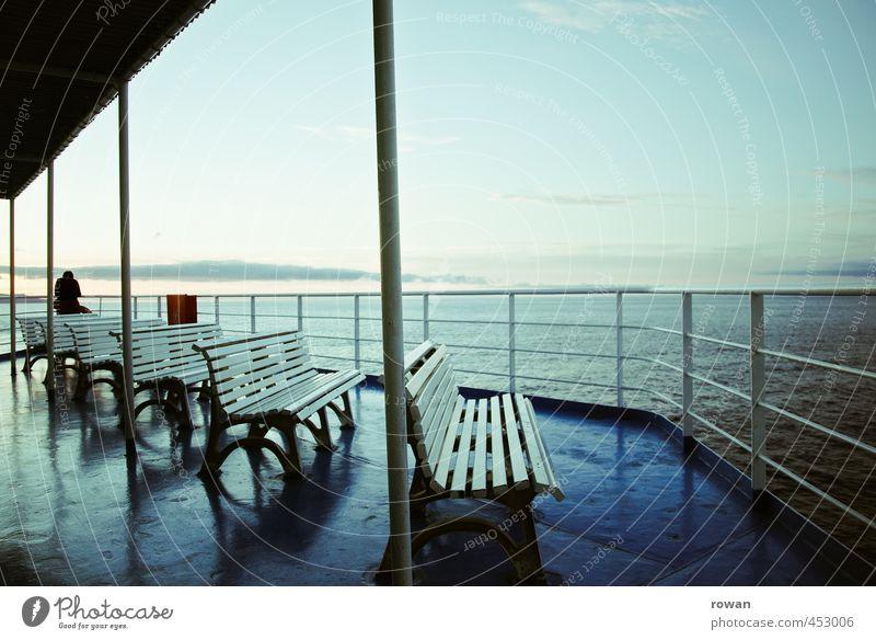 kontemplativ Mensch Frau Mann Ferien & Urlaub & Reisen blau Wasser Meer Erholung Einsamkeit ruhig Ferne Erwachsene kalt Denken Wasserfahrzeug Horizont