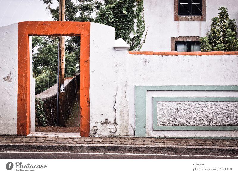 hoch und quer Haus Einfamilienhaus Bauwerk Gebäude Architektur Mauer Wand Fassade Tür grün rot Tor Eingang Dekoration & Verzierung Straße Bürgersteig kaputt alt