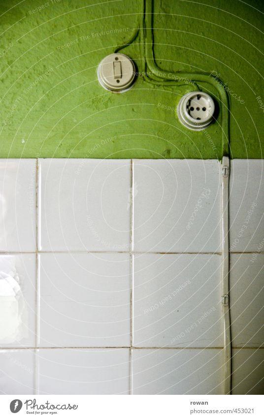 verkabelt Bauwerk Gebäude Mauer Wand alt grün Fliesen u. Kacheln Elektrizität Steckdose Lichtschalter Kabel altmodisch retro Innenarchitektur Farbfoto