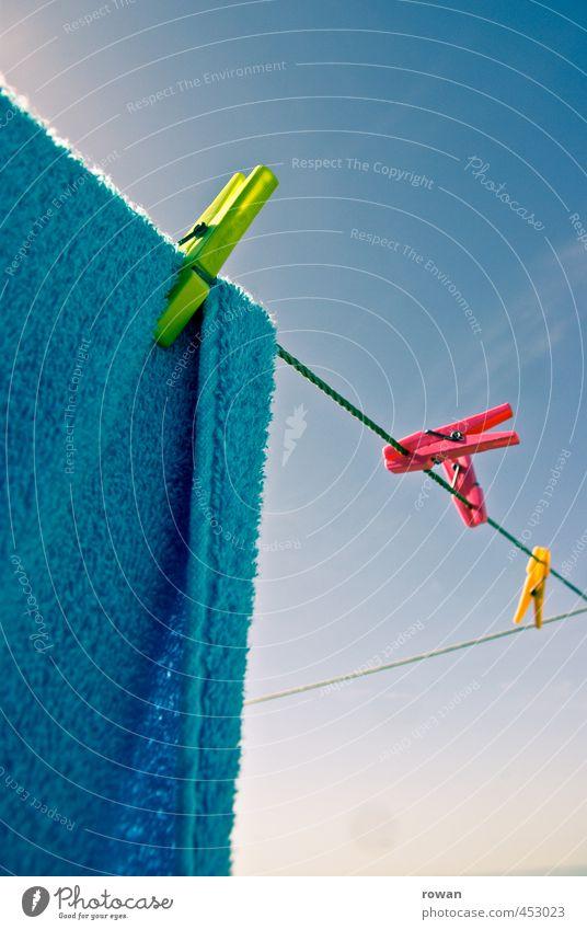 trocknen 3 Häusliches Leben Wohnung Wärme mehrfarbig Wäsche Wäscheleine Wäsche waschen Wäscheklammern hängen Sonnenlicht Handtuch Farbfoto Außenaufnahme