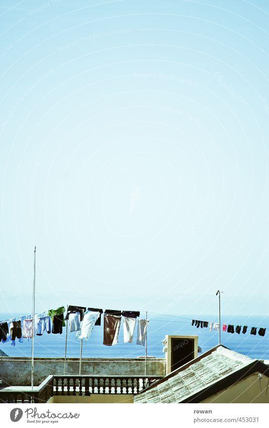 wäschetrocknen Schönes Wetter Meer Haus Einfamilienhaus Bauwerk Gebäude Architektur Terrasse Dach Wärme Häusliches Leben Wäscheleine hängen Horizont Aussicht