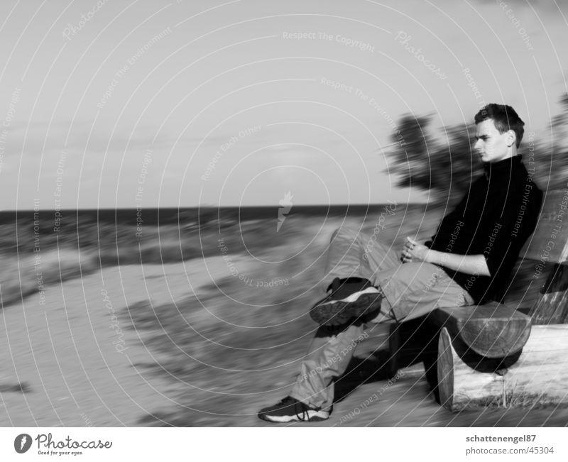 in gedanken versunken. Mann Wasser Himmel Ferien & Urlaub & Reisen schwarz Bewegung Wege & Pfade Denken Bank Ostsee Gedanke Grauwert