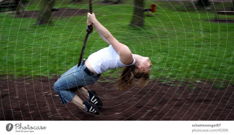 *geschwindigkeit* Geschwindigkeit grün braun Spielplatz Schaukel genießen hängen Schuhe Frau Mensch Haare & Frisuren Arme angewinkelt