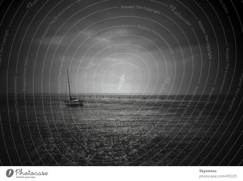 Einsamkeit Wasserfahrzeug Segelboot Meer schwarz weiß grau ruhig Wattenmeer Nordsee Sand einsamleit leer frei