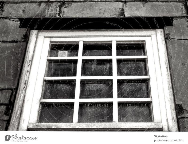 Fenster Holzfenster schwarz weiß grau historisch Glas Neigung