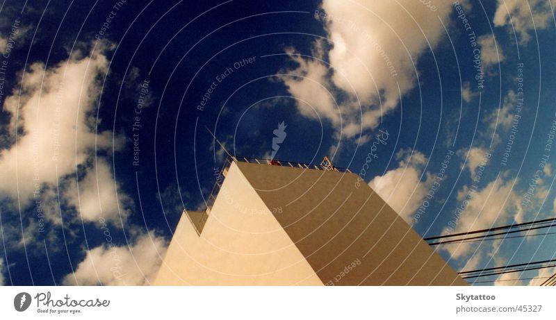 Höhe Himmel weiß blau Haus Wolken Wand Architektur Niveau