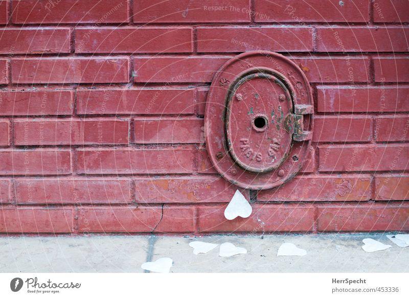 Paris avec coeur Altstadt Gebäude Mauer Wand Stein Metall Herz alt eckig Kitsch rund rot Backsteinwand Gasleitung Klappe Papierherz verteilt Ecke Boden