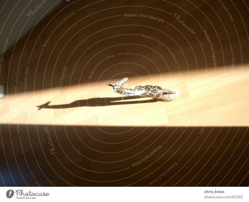 Holzgiraffe im Schlagschatten Handwerk Schattenspiel Holzspielzeug Laminat Objektfotografie