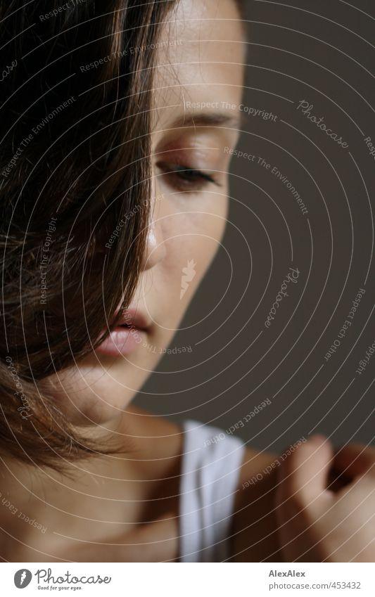 alles auf anfang Junge Frau Jugendliche Haare & Frisuren Auge Lippen Hand Schlüsselbein 18-30 Jahre Erwachsene Unterhemd brünett langhaarig berühren Denken