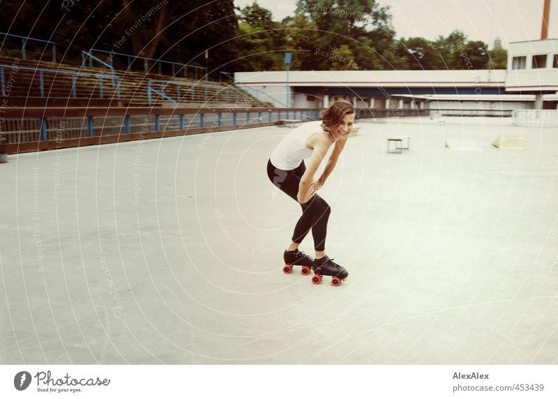 im Anflug Jugendliche schön Junge Frau Freude Erwachsene 18-30 Jahre Sport lachen Kraft authentisch Lächeln Geschwindigkeit Sträucher ästhetisch Coolness retro