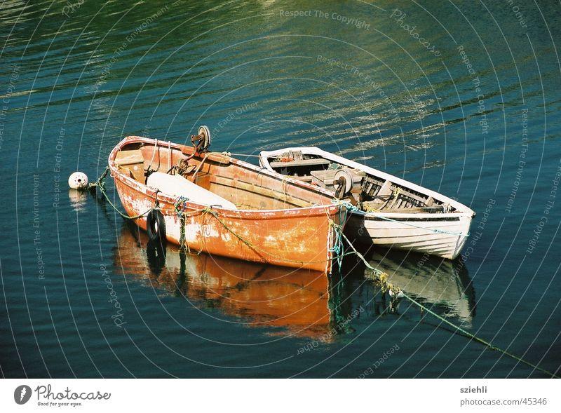 Ein Bootspaar Wasser ruhig Wasserfahrzeug paarweise Romantik Freizeit & Hobby Umarmen