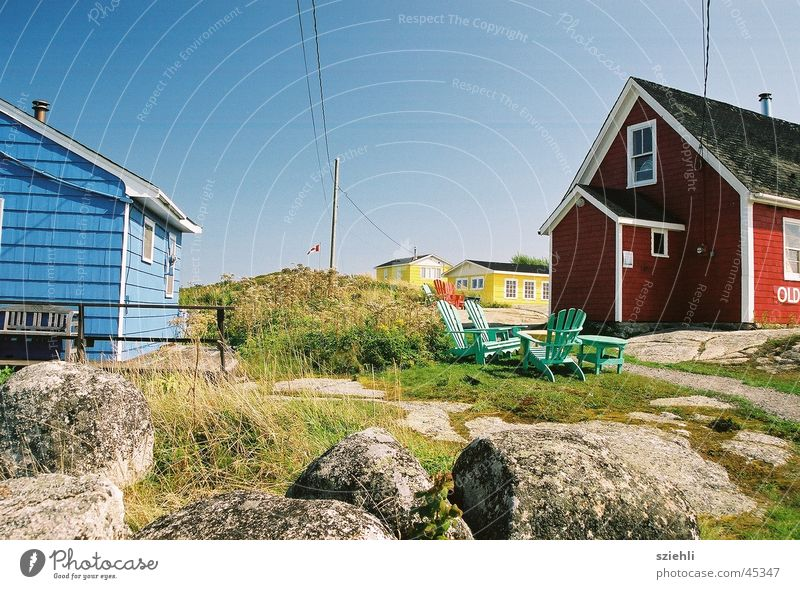 Nordic Living Haus rot gelb nordisch blau Farbe Vancouver Island Holzhaus Menschenleer Blauer Himmel Wolkenloser Himmel Klarer Himmel Schönes Wetter typisch
