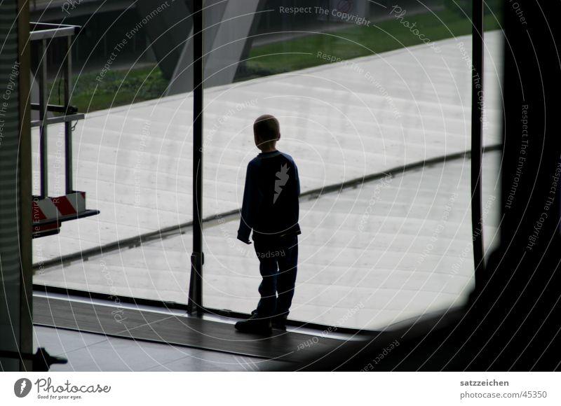 Abgestellt und vergessen Kind Licht dunkel Fenster Mann Junge Flughafen Schatten hell Lagerhalle Mensch Architektur