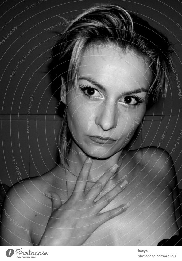 that´s me Dame Denken ernst Hand Finger Haare & Frisuren clever träumen Beautyfotografie schön schick 5 gestikulieren Schulter Nacken nackt Nagel Fingernagel
