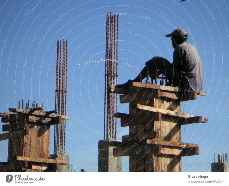 waterworks urinieren Kreativität Baustelle Bauarbeiter gießen Hausbau bequem Afrika Arbeit & Erwerbstätigkeit Erleichterung schwarz lässig Freude lustig