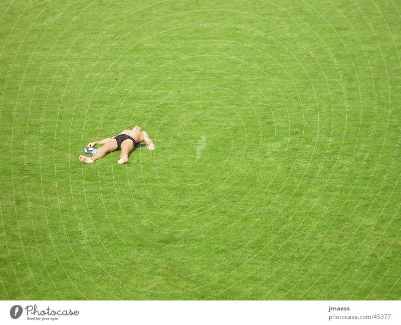 Sasha Mann Einsamkeit Gras liegen Sonnenbad
